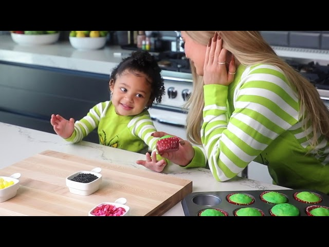 Kylie Jenner: Grinch Cupcakes with Stormi HQ quality image